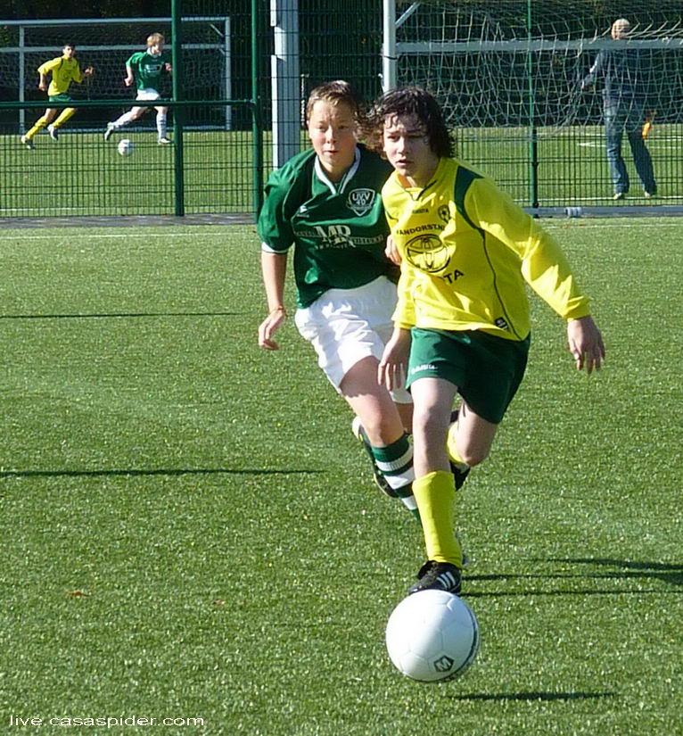 08.10.2011: Tjeu Dekkers breekt door en scoort later ook het derde doelpunt voor Rijen C4 in de met 4-1 gewonnen thuiswedstrijd tegen UVV'40 C3 uit Ulvenhout in de vierde klasse C71. Klik voor groter.