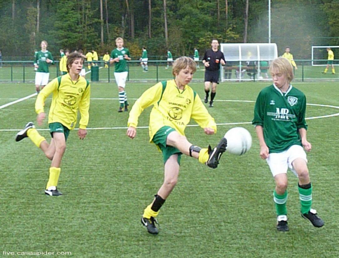 08.10.2011: Tom Taekema en Martijn Houtepen zorgen voor druk aan de rechterkant bij Rijen C4 tegen UVV'40 C3 en mede dankzij twee doelpunten van Tom winnen we met 4-1. Klik voor groter.