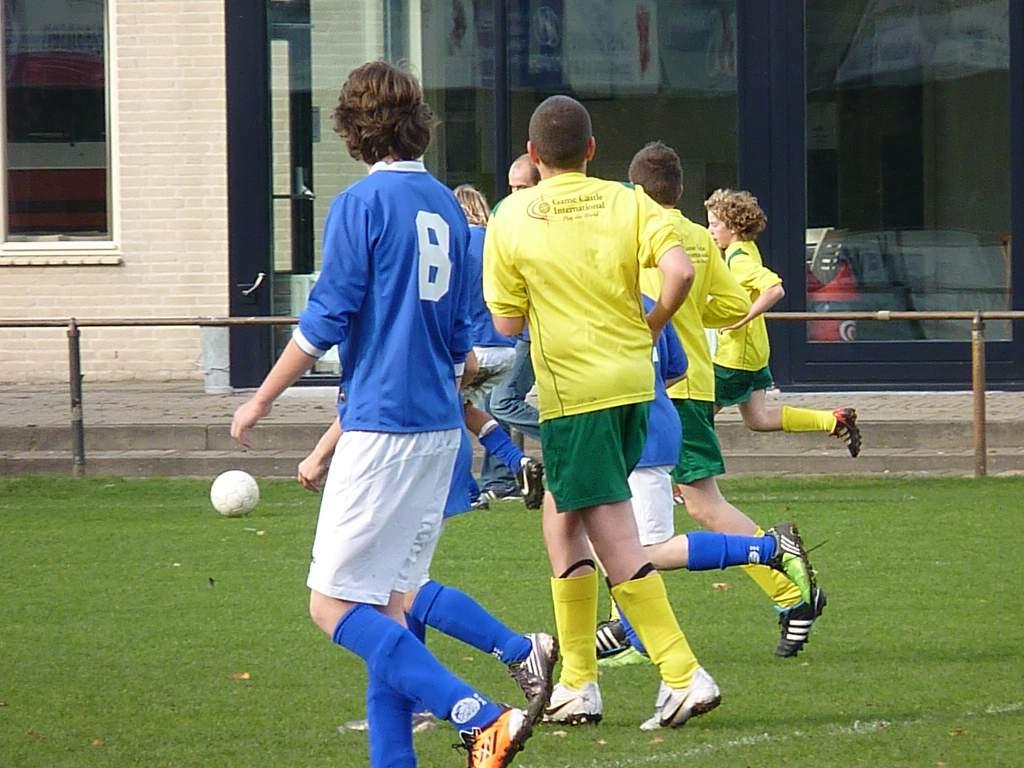 05.11.2011: Spelers van VVR C2 en Rijen C4 lopen netjes op één lijn zodat ze allemaal gemakkelijk op de foto passen. Klik voor groter.