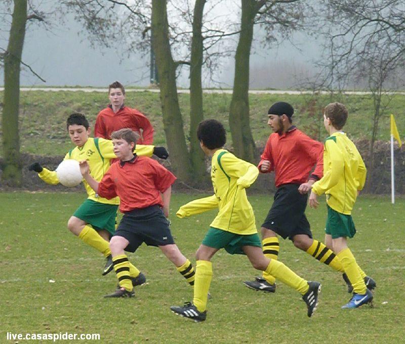 19.02.2011: Veerse Boys C2 (oranje) - Rijen C4 is een enerverend duel dat helaas met 4-2 door Rijen wordt verloren. Klik voor groter.