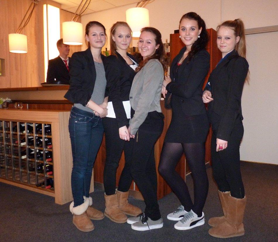 13.03.2012: Uitverkoren leerlingen 3TL van het Beatrix College prepareren maaltijd in De Rooi Pannen voor hun ouders. Klik voor groter.