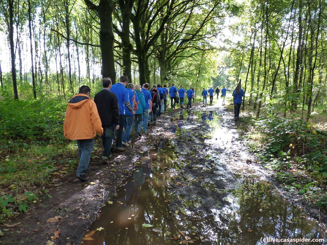 04.10.2012: Afdeling ICT van Brabant Water doet aan teambuilding bij de Hooghei in Berlicum, hier keren we terug van Levend Stratego. Klik voor groter.