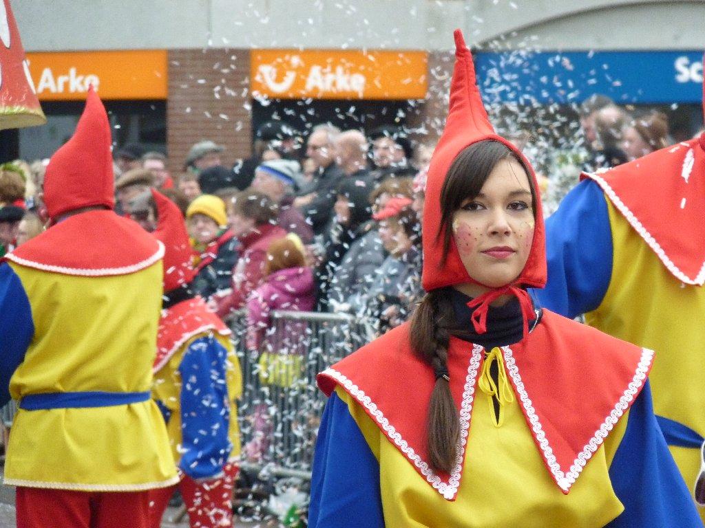 21.02.2012: Sommige vrouwen staat ook alles, zelfs een puntmuts. Carnavalsoptocht Rijen / Wringersgat 2012. Klik voor groter.