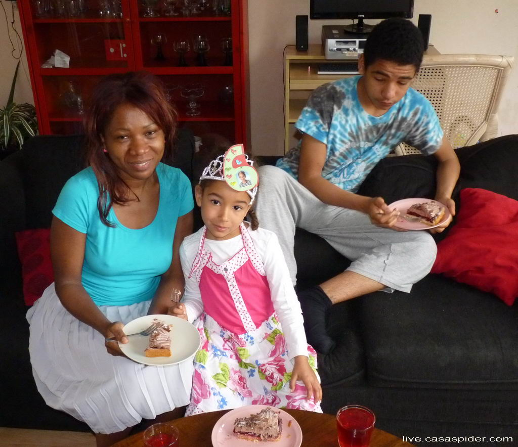 05.05.2012: Na het zingen is er taart op de zesde verjaardag van Diana Ilka. Klik voor groter.