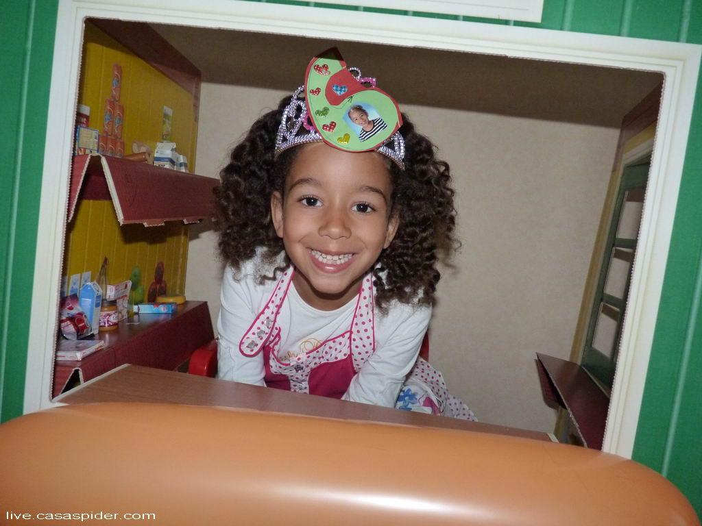 05.05.2012: Diana Ilka zes jaar en trots in haar AH mini-winkeltje. Klik voor groter.