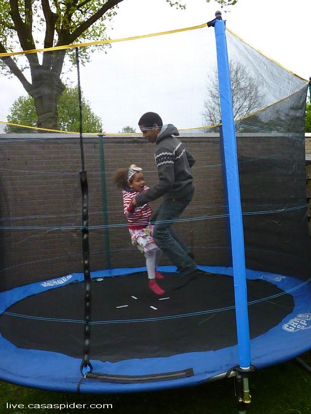 05.05.2012: Diana Ilka krijgt een trampoline voor haar zesde verjaardag en springt hier met haar broer Luchiano (14). Klik voor groter.