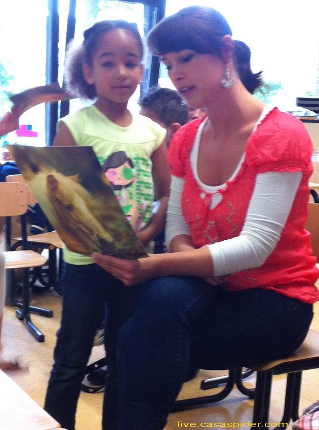 27.06.2012: De kinderen van de Giraffenklas (groep-1+2) van de KBS Sint Jozef in Rijen nemen afscheid van hun juffen. Hier Diana (6) en juffrouw Monique. Klik voor groter.