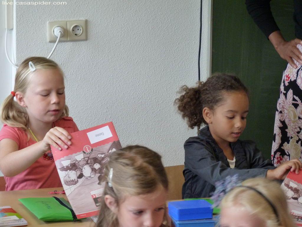 13.08.2012: Diana (6, rechts) zit naast vriendin Fanne in Groep 3 op de KBS Sint Jozef, het is de Eerste Schooldag. Klik voor groter.