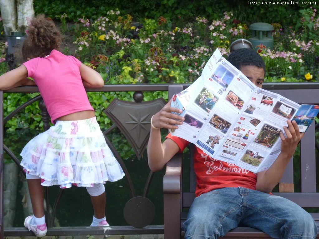 02.06.2012: Diana (6) en Luchiano (14), de Map Meister, in de Efteling. Klik voor groter.