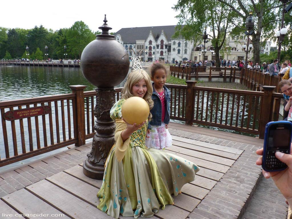02.06.2012: Na Aquanura wil de Prinses met de Gouden Bal graag op de foto met Prinses Diana (6). Klik voor groter.