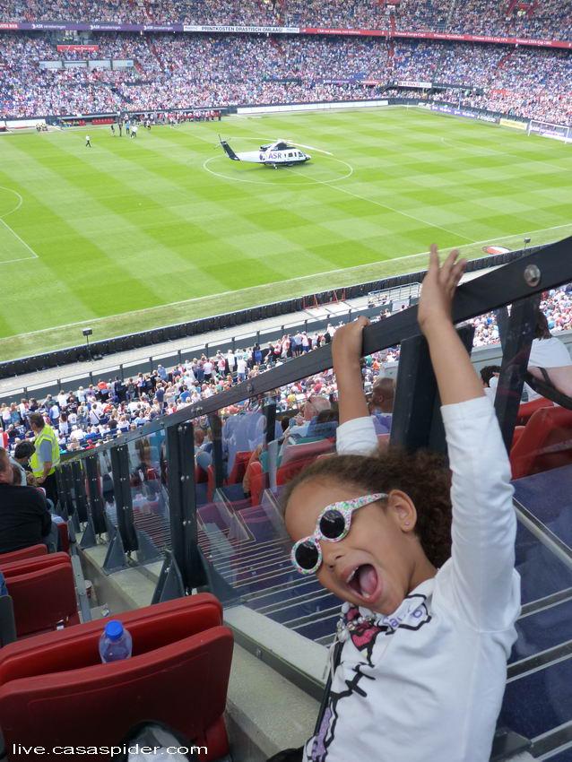 12.07.2012: Feyenoord Rotterdam, Open Dag 2012. Diana (6) is in haar nopjes met de nieuwe aanwinsten die uit de helicopter stappen. Klik voor groter.