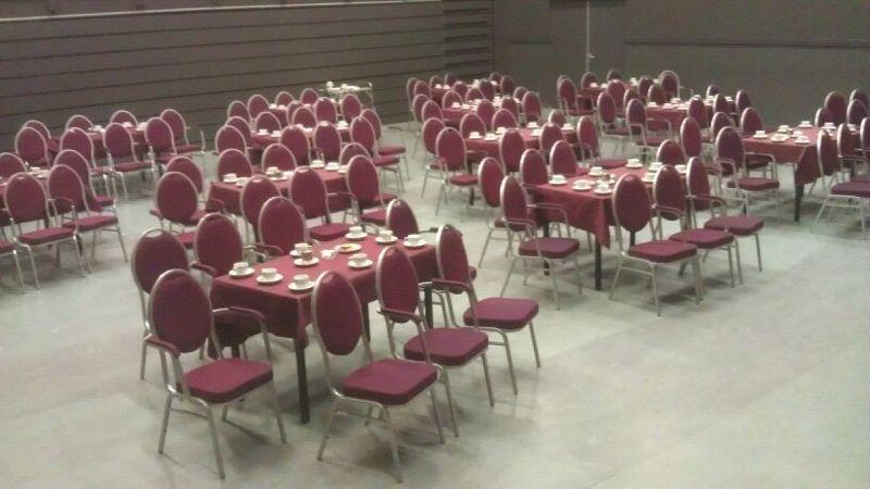 25.01.2012: Luchiano (14) heeft tafels gedekt bij De Boodschap in Rijen met 114 koffiekopjes. Klik voor groter.