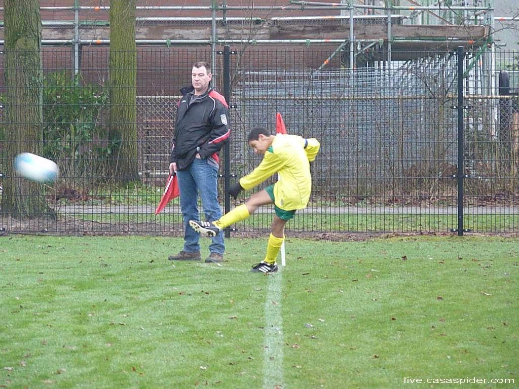 28.01.2012: Luchiano Nijhuis (14) neemt op karakteristieke wijze (stand van hoofd) een corner in de wedstrijd Madese Boys C5 - Rijen C4 0-2. Links Alperen Arslan met hanenkam. Klik voor groter.
