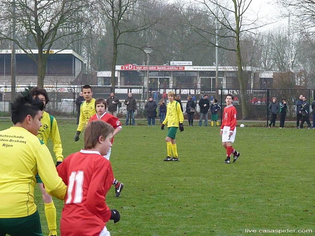 28.01.2012: Rijen C4 wint eerste wedstrijd voorjaarscompetitie 2011-2012 in vierde klasse C56 uit tegen Madese Boys C5 met 0-2. Links Alperen Arslan met hanenkam. Klik voor groter.