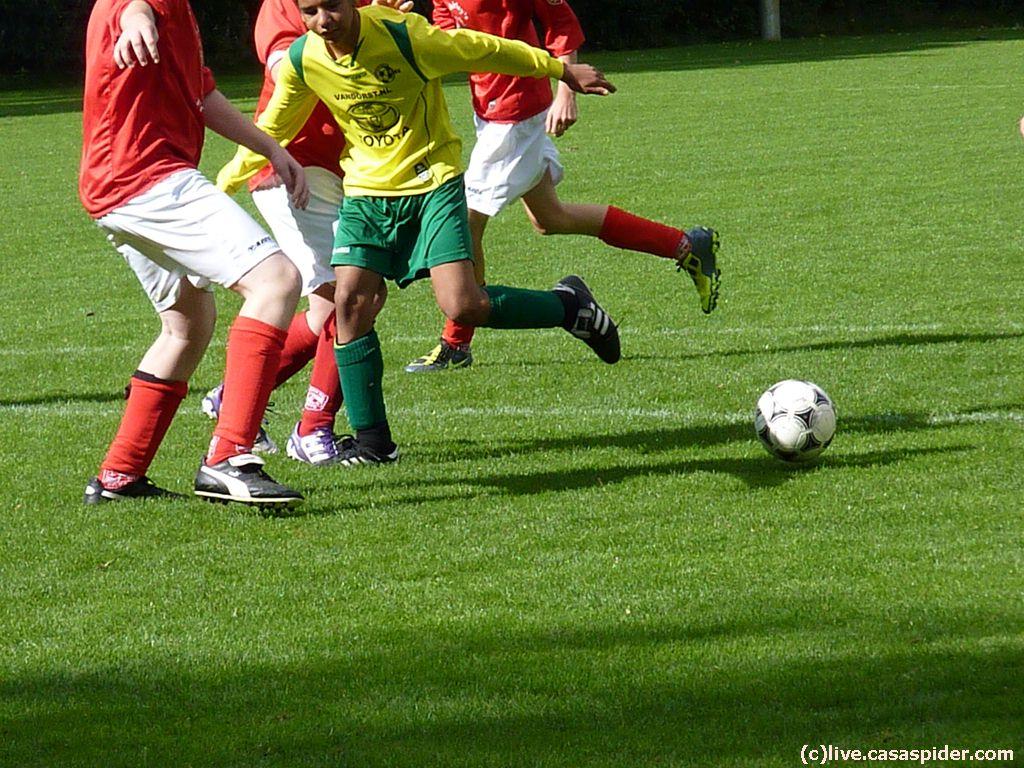 29.09.2012: Rijen B4 - Madese Boys B5 (4-3): Luchiano Nijhuis baant zich tussen enkele verdedigers een weg naar het doel. Klik voor groter.
