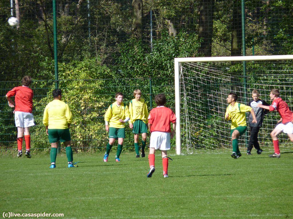 29.09.2012: De verdediging van Rijen B4 staat onder druk tegen Madese Boys B5, maar uiteindelijk slepen we een zwaarbevochten 4-3 overwinning weg. Klik voor groter.