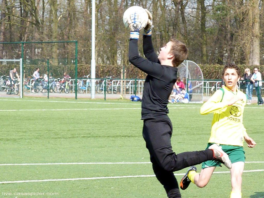 24.03.2012: Rijen C4 - Boeimeer C5 (3-0) De uitstekende Boeimeer-keeper is Abdullah Kanbur net te snel af. Klik voor groter.
