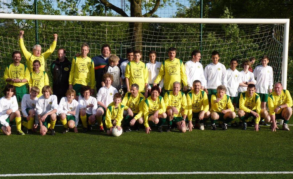 16.05.2012: Elftalfoto Rijen C4 (wit) voor wedstrijd tegen de ouders (geel). Klik voor groter.