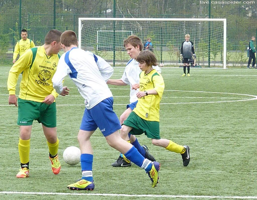 28.04.2012: Rijen C4 - The Gunners C3 (1-2) Tycho speelt de bal naar Ömer, Rijen in de aanval. Klik voor groter.