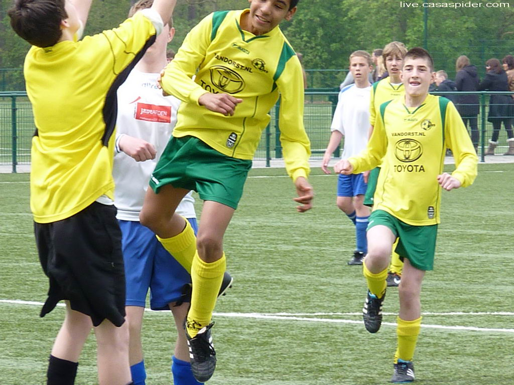 28.04.2012: Rijen C4 - The Gunners C3 (1-2) Luchiano (14) wil koppen maar is kansloos tegen de grotere keeper. Klik voor groter.