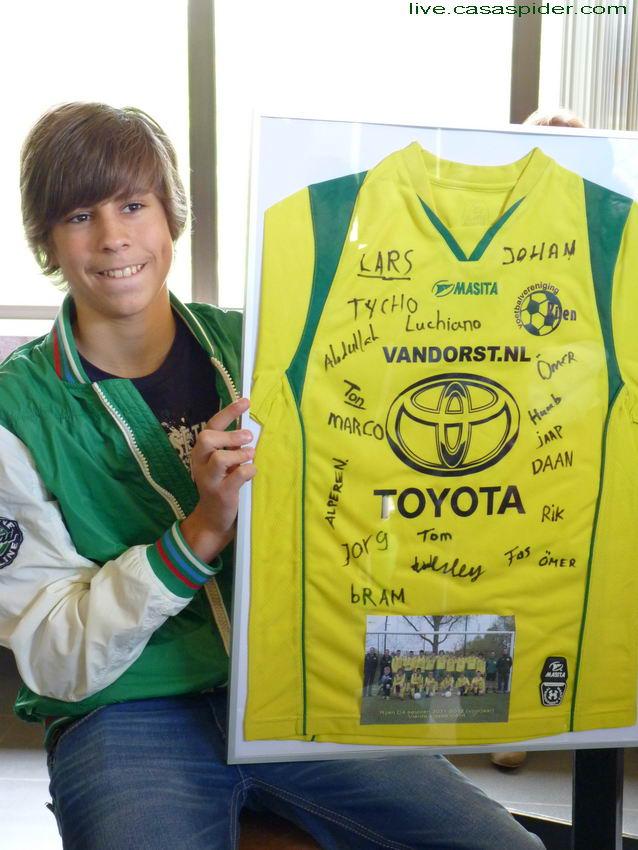 12.05.2012: C-Toernooi vv Rijen, Martijn Houtepen en zijn ouders maken een moeilijke tijd door. Daarom biedt de C4 hem een gesigneerd clubtenue aan. Klik voor groter.