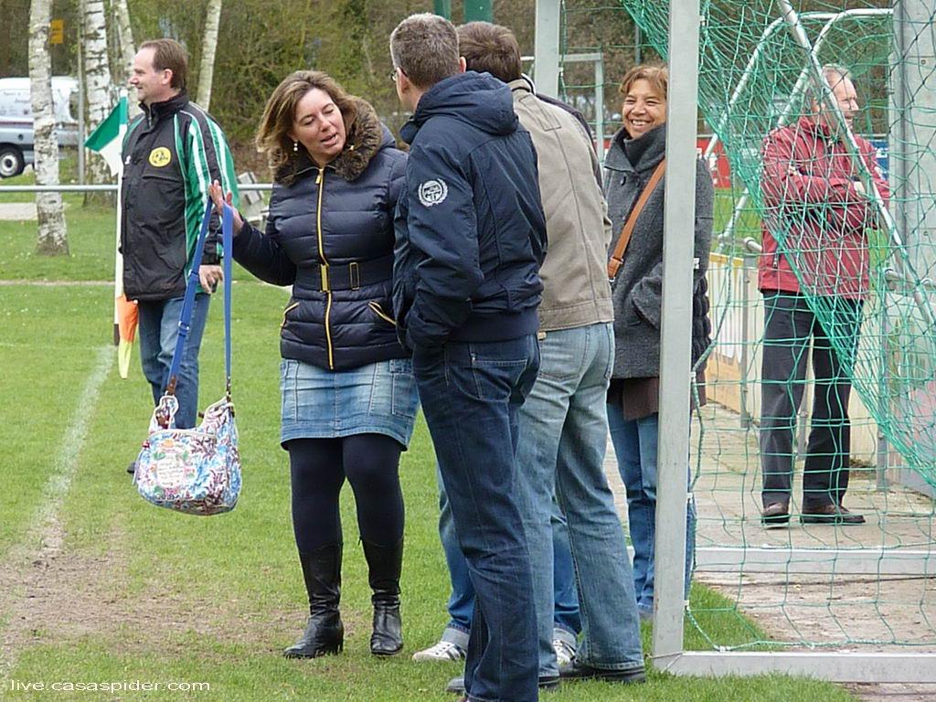 31.03.2012: UVV'40 C3 - Rijen C4 (1-4) Ook langs de kant is het een vrolijke boel bij de Rijen-supporters. Klik voor groter.