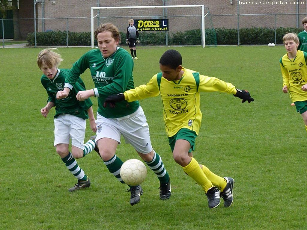 31.03.2012: UVV'40 C3 - Rijen C4 (1-4) Luchiano Nijhuis laat twee tegenstanders uit Ulvenhout de hielen zien. Klik voor groter.