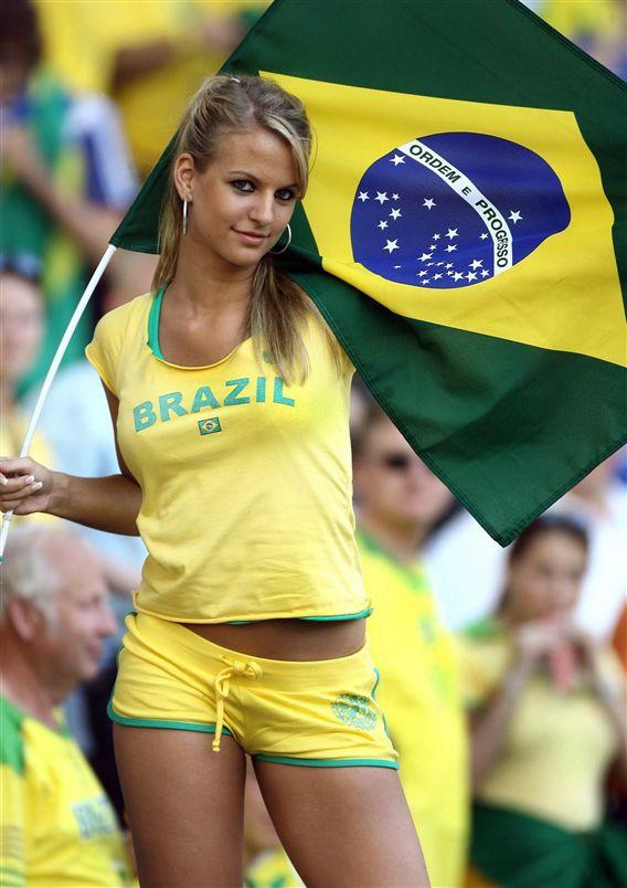 Deze vrouwelijke fan van Brazilie oogt aanmerkelijk fitter dan sommige selectie-spelers. Klik voor groter/sluiten.