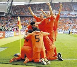 Nederland viert 2-1 overwinning op Ivoorkust. Hard gewerkt, maar zij waren beter...