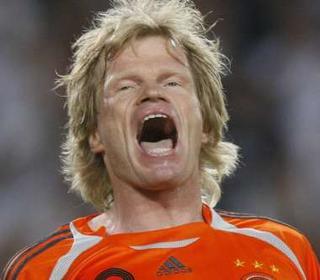 Oliver Kahn verdedigt het Duitse doel in de troostfinale tegen Portugal. Klik voor groter/sluiten.