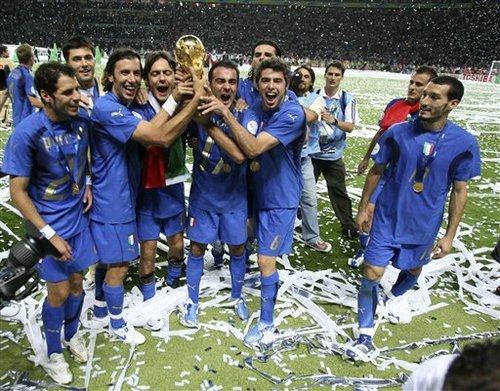 Italianen zijn uitzinnig van vreugde na het behalen van het wereldkampioenschap 2006. Klik voor groter/sluiten.