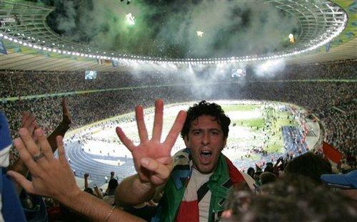 Italiaanse fan viert overwinning van Italie in Olympia Stadion te Berlijn