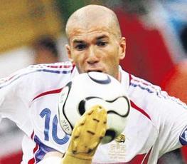 Immer auf Ballhöhe. Weltstar Zinedine Zidane (34) zauberte Brasilien mit Frankreich aus dem Turnier (Bildzeitung)