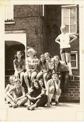 Sint Janschool, zesde klas 1971. Hofdames in Well: Wilma, juf ?, Ineke, Thea, Marijke Tonino, Petrie, Jannie, Ingrid, Marlies, José en Annelies. Klik voor groter/sluiten.