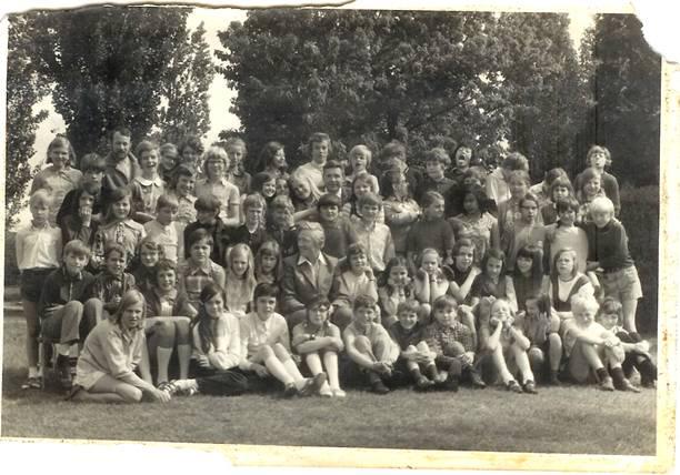 Sint Janschool, zesde klas 1971: Klassenfoto in Well. Klik voor groter/sluiten.