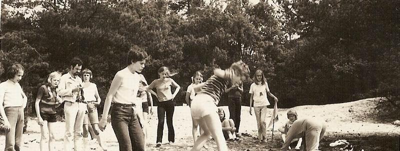 De zesde klas van de Sint Janschool Valkenswaard (1971) op excursie naar Well, foto uit album Josta Rutten. Klik voor groter.